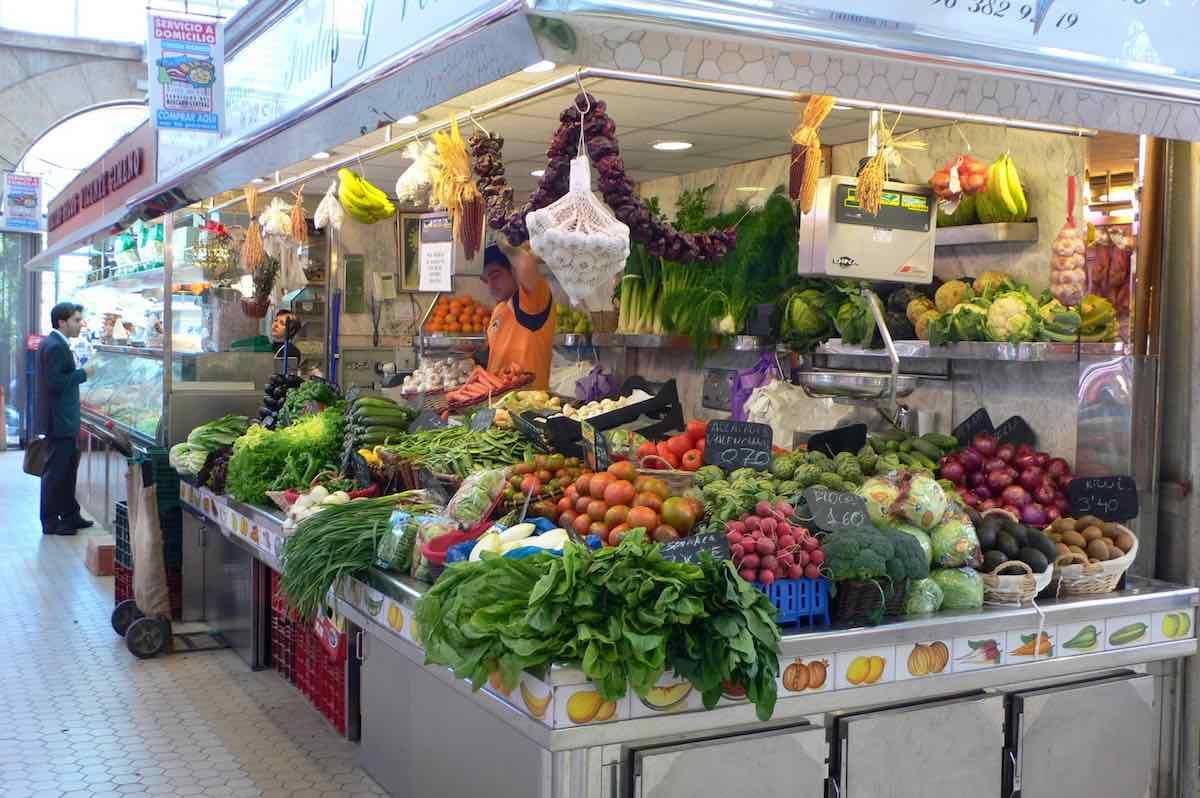 Puesto de verduras en un mercado. Trucos para hacer una compra saludable